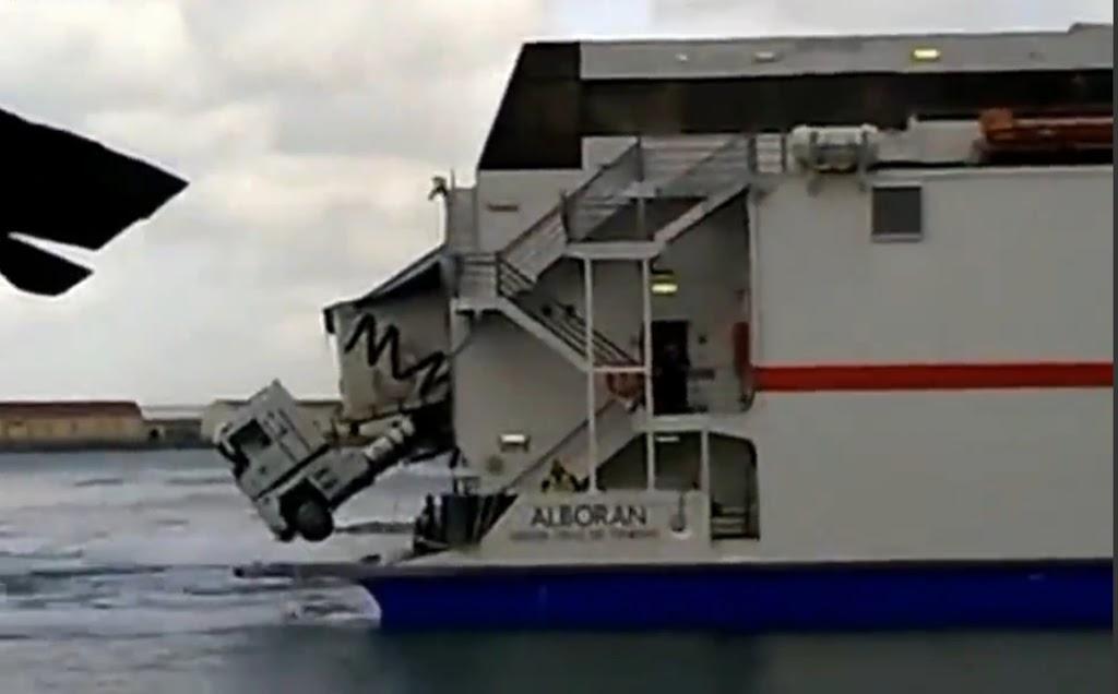 Νταλίκα παρα λίγο να πέσει στην θάλασσα! [βίντεο] - e-Nautilia.gr | Το Ελληνικό Portal για την Ναυτιλία. Τελευταία νέα, άρθρα, Οπτικοακουστικό Υλικό