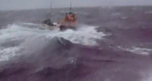 Δείτε την προσπάθεια ναυαγοσωστικού σε αντίξοες καιρικές συνθήκες
