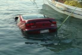 Πτώση οχήματος στη θάλασσα στο Τολό