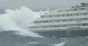 Κρουαζιερόπλοιο χωρίς την μια μηχανή εν μέσω θαλασσοταραχής [βίντεο]