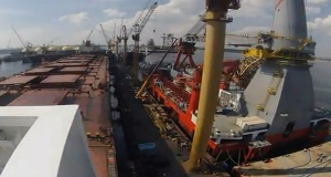 Φορτηγό πλοίο σε ναυπηγείο της Σιγκαπούρης [video]