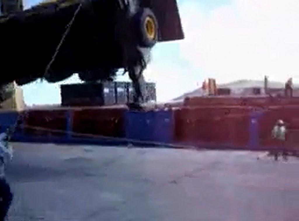 Παραλίγο θανατηφόρο ατύχημα κατά την φόρτωση [video] - e-Nautilia.gr | Το Ελληνικό Portal για την Ναυτιλία. Τελευταία νέα, άρθρα, Οπτικοακουστικό Υλικό