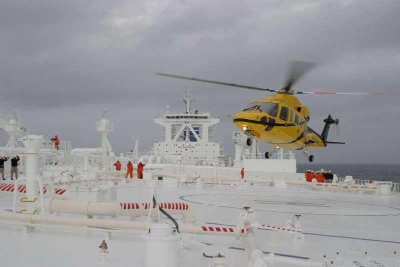 Φωτογραφία ημέρας – Helicopter landing on deck - e-Nautilia.gr | Το Ελληνικό Portal για την Ναυτιλία. Τελευταία νέα, άρθρα, Οπτικοακουστικό Υλικό