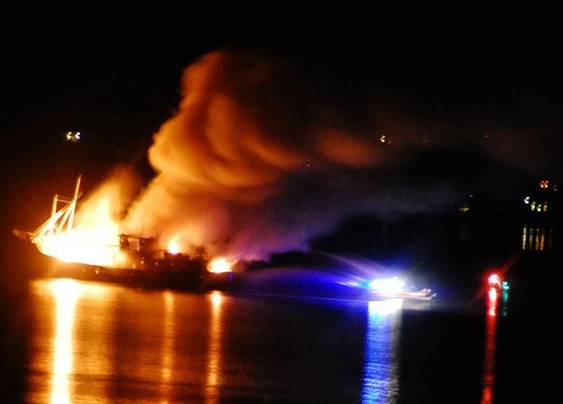 Kαϊκι τυλίχθηκε στις φλόγες στο λιμάνι της Σούδας - e-Nautilia.gr | Το Ελληνικό Portal για την Ναυτιλία. Τελευταία νέα, άρθρα, Οπτικοακουστικό Υλικό