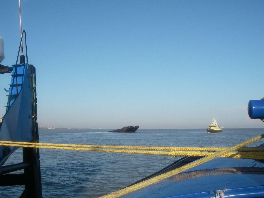20140226bre knrm breskens - 4 duwboot langszij reddingboot