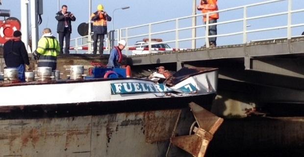 Δεξαμενόπλοιο κόλλησε κάτω από ολλανδική γέφυρα [pics] - e-Nautilia.gr | Το Ελληνικό Portal για την Ναυτιλία. Τελευταία νέα, άρθρα, Οπτικοακουστικό Υλικό