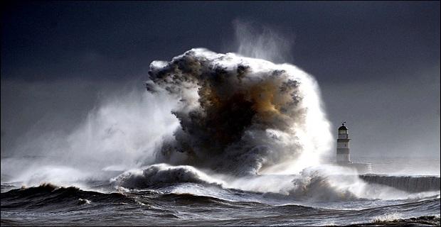 lighthouse_big_waves_