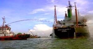 Πυρκαγιά σε φορτηγό πλοίο στην Ινδονησία
