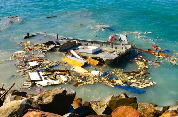 Αλιευτικό χτυπάει στα βράχια και σπάει [vid+pics] - e-Nautilia.gr   Το Ελληνικό Portal για την Ναυτιλία. Τελευταία νέα, άρθρα, Οπτικοακουστικό Υλικό