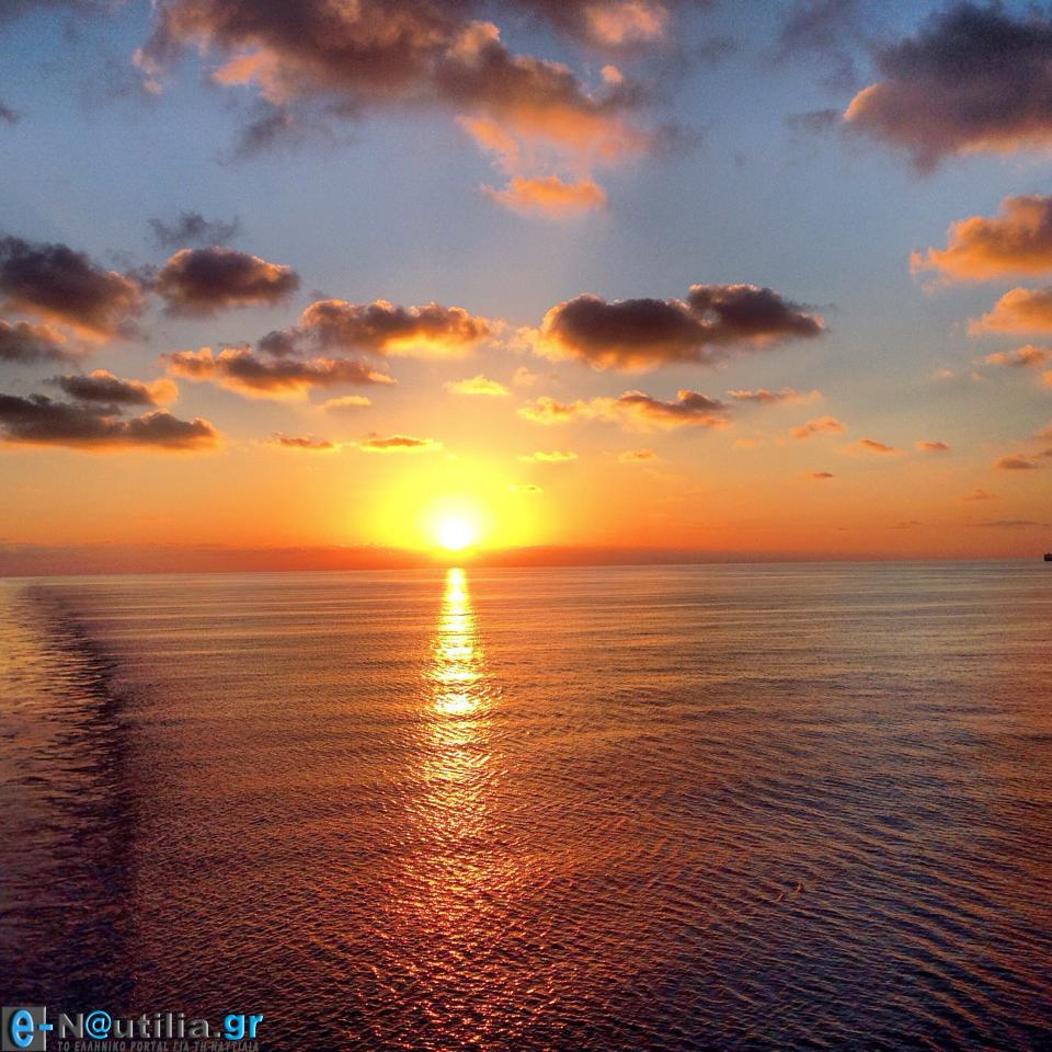 Ένα υπέροχο ηλιοβασίλεμα και δίπλα ίσα που φαίνεται η ρότα του πλοίου - e-Nautilia.gr | Το Ελληνικό Portal για την Ναυτιλία. Τελευταία νέα, άρθρα, Οπτικοακουστικό Υλικό