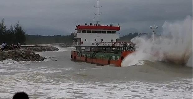 Δείτε το βίντεο με την προσάραξη του πλοίου που είχε πέσει στα χέρια πειρατών! [vid+pics] - e-Nautilia.gr | Το Ελληνικό Portal για την Ναυτιλία. Τελευταία νέα, άρθρα, Οπτικοακουστικό Υλικό
