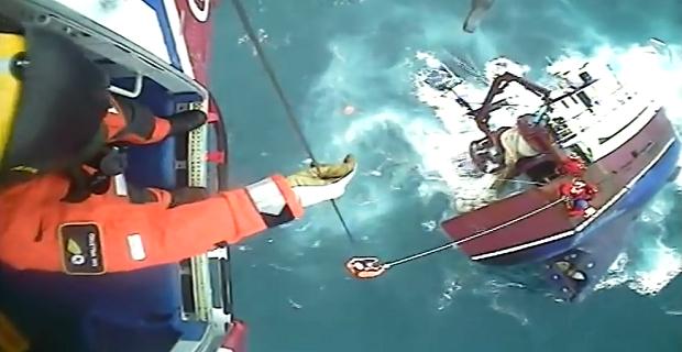 Δείτε την δραματική διάσωση του πληρώματος αλιευτικού που βούλιαξε! [video] - e-Nautilia.gr | Το Ελληνικό Portal για την Ναυτιλία. Τελευταία νέα, άρθρα, Οπτικοακουστικό Υλικό