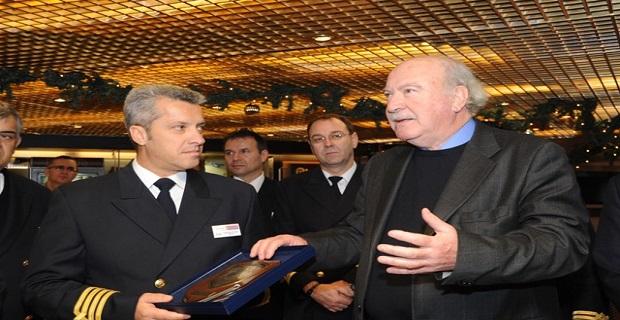 Ο Πρόεδρος του ΟΛΠ Α.Ε. κ. Γιώργος Ανωμερίτης με τον καπετάνιο Νικόλαο Πετράκη.