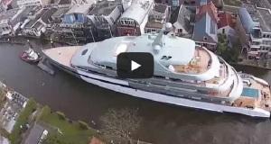 Ένα σούπερ γιοτ διασχίζει μια μικρή ολλανδική πόλη[video]