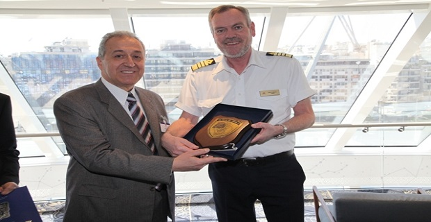 Aριστερά ο Δ/ντής Διοίκησης του ΟΛΠ Α.Ε. κ. Σπύρου Δημήτρης και δεξιά ο Πλοίαρχος του  Viking Star cpt. Gulleik Skagasto.