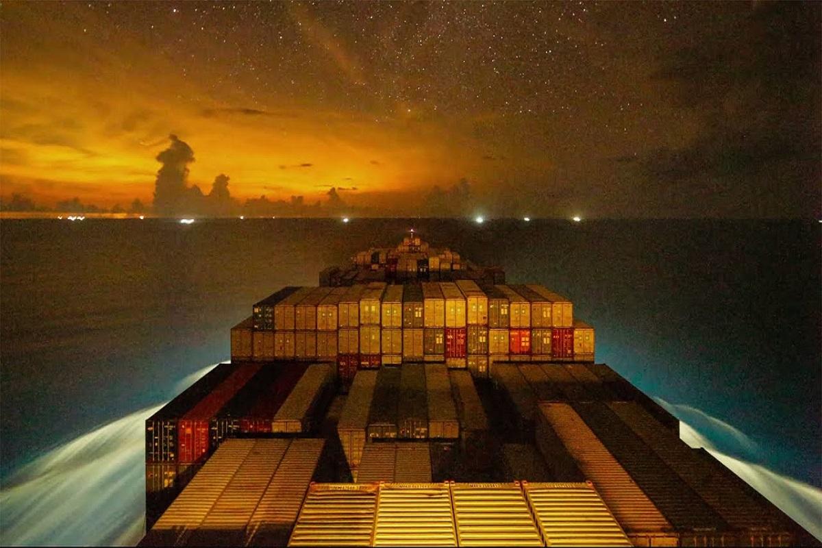 Εκπληκτικό βίντεο υψηλής ανάλυσης  με το ταξίδι και την φόρτωση πλοίου κοντέινερ