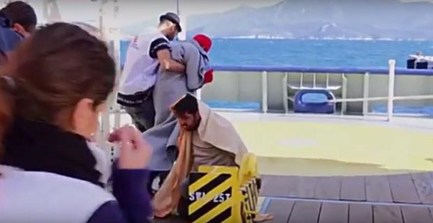 Βίντεο Σοκ: Λιμενικοί στη Σάμο αναγκάζουν Τούρκο δουλέμπορο να δει τα πτώματα τριών παιδιών! - e-Nautilia.gr | Το Ελληνικό Portal για την Ναυτιλία. Τελευταία νέα, άρθρα, Οπτικοακουστικό Υλικό