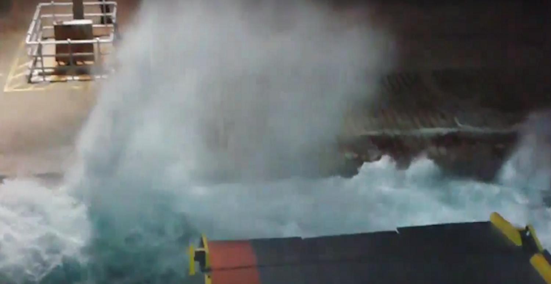 Το «Νήσος Μύκονος» που παλεύει σε αντίξοες συνθήκες να δέσει στο λιμάνι της Μυκόνου - e-Nautilia.gr | Το Ελληνικό Portal για την Ναυτιλία. Τελευταία νέα, άρθρα, Οπτικοακουστικό Υλικό