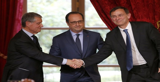 Laurent Castaing, President of STX France, shakes hands with MSC Chairman Gianluigi Aponte as French President Francois Hollande looks on at the Elysee palace in Paris