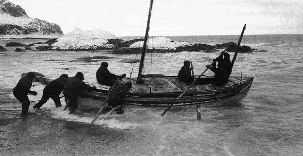 Shackleton_Launching_The_James_Caird