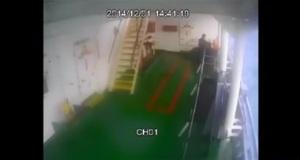 Συγκλονιστικό βίντεο την στιγμή που παρασύρονται δυο ναυτικοί από τα μανιασμένα κύματα[βίντεο]