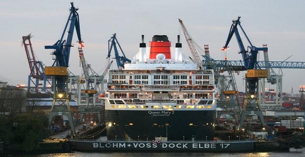 """Die """"Queen Mary 2"""" liegt am Samstagmorgen (26.11.2011) in Hamburg im Trockendock """"ELBE 17"""" der Blohm + Voss Repair. Während des zehntägigen Werftaufenthaltes finden auf dem Kreuzfahrtschiff umfangreiche Überholungs- und Renovierungsarbeiten statt. Foto: Daniel Bockwoldt dpa/lno +++(c) dpa - Bildfunk+++"""