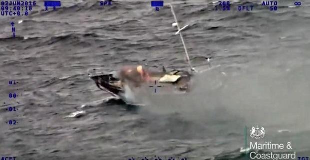 Επιχείρηση διάσωσης φλεγόμενου γιοτ στην Βρετανία (video) - e-Nautilia.gr | Το Ελληνικό Portal για την Ναυτιλία. Τελευταία νέα, άρθρα, Οπτικοακουστικό Υλικό