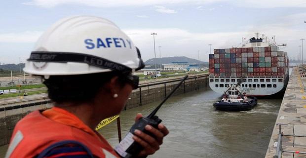 Το πλοίο Cosco Houston ενώ διασχίζει το πέρασμα σε μια δοκιμή που προηγήθηκε των επίσημων εγκαινίων