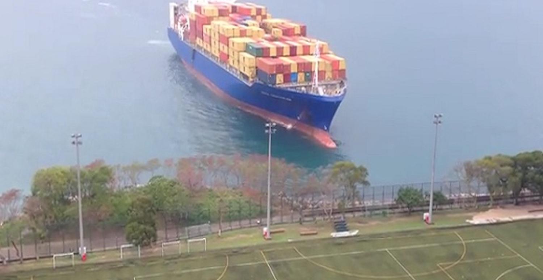 Όταν ένα containership βγαίνει στη… σέντρα (video) - e-Nautilia.gr | Το Ελληνικό Portal για την Ναυτιλία. Τελευταία νέα, άρθρα, Οπτικοακουστικό Υλικό