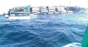 Πλοίο φορτωμένο με αυτοκίνητα βυθίζεται στο Ομάν (photos)