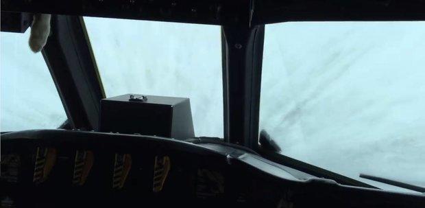 Δείτε αεροσκάφος να πετά στο κέντρο του τυφώνα Μάθιου (video) - e-Nautilia.gr | Το Ελληνικό Portal για την Ναυτιλία. Τελευταία νέα, άρθρα, Οπτικοακουστικό Υλικό