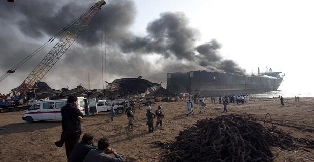 Πολύνεκρο εργατικό ατύχημα κατά τη διάλυση πλοίου στο Πακιστάν (video+photos) - e-Nautilia.gr | Το Ελληνικό Portal για την Ναυτιλία. Τελευταία νέα, άρθρα, Οπτικοακουστικό Υλικό