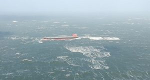 Προσάραξη Panamax στην Βόρεια Θάλασσα εξαιτίας της κακοκαιρίας (photos)