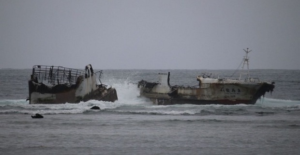 Εγκαταλελειμμένο σκάφος έσπασε στα δύο εν μέσω τυφώνα - e-Nautilia.gr   Το Ελληνικό Portal για την Ναυτιλία. Τελευταία νέα, άρθρα, Οπτικοακουστικό Υλικό