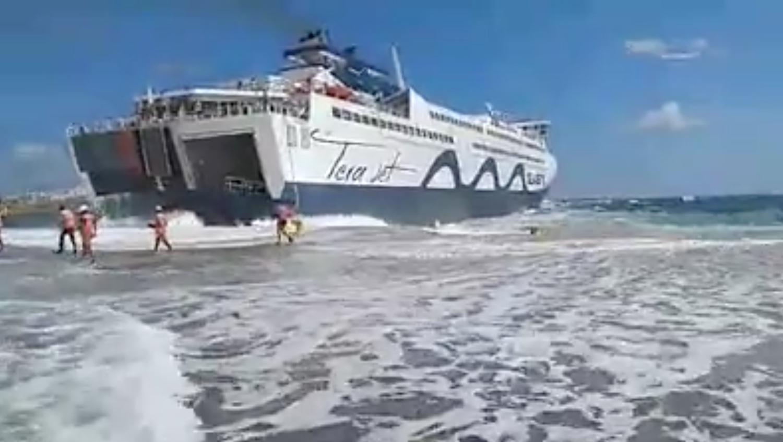 Παλεύοντας με τα κύματα στο λιμάνι της Τήνου! (Video) - e-Nautilia.gr | Το Ελληνικό Portal για την Ναυτιλία. Τελευταία νέα, άρθρα, Οπτικοακουστικό Υλικό