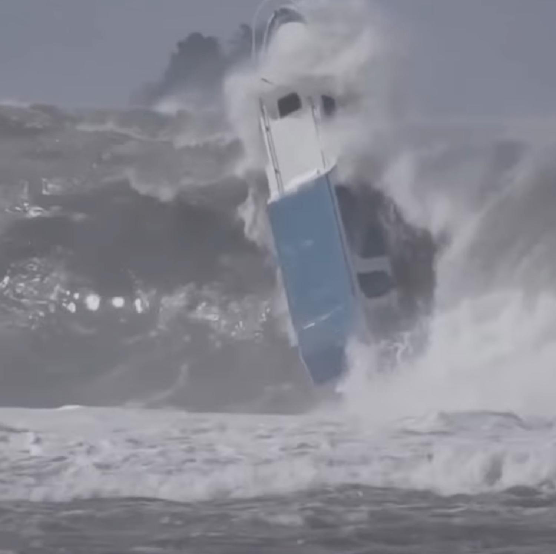 ΒΙΝΤΕΟ: Τεράστιο κύμα χτυπά και αναποδογυρίζει βάρκα! - e-Nautilia.gr | Το Ελληνικό Portal για την Ναυτιλία. Τελευταία νέα, άρθρα, Οπτικοακουστικό Υλικό