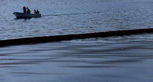 Μισοβυθίστηκε το ρυμουλκό που προκάλεσε μικρής έκτασης θαλάσσια ρύπανση