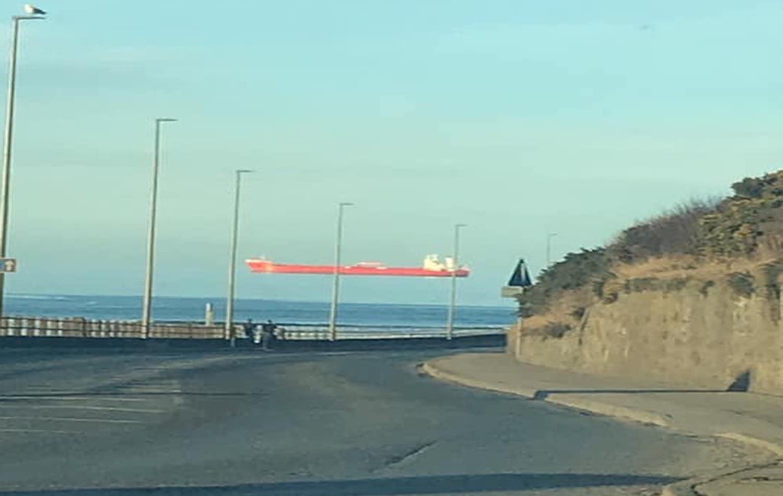 Πλοίο που μοιάζει να πετά στον ουρανό! - e-Nautilia.gr | Το Ελληνικό Portal για την Ναυτιλία. Τελευταία νέα, άρθρα, Οπτικοακουστικό Υλικό