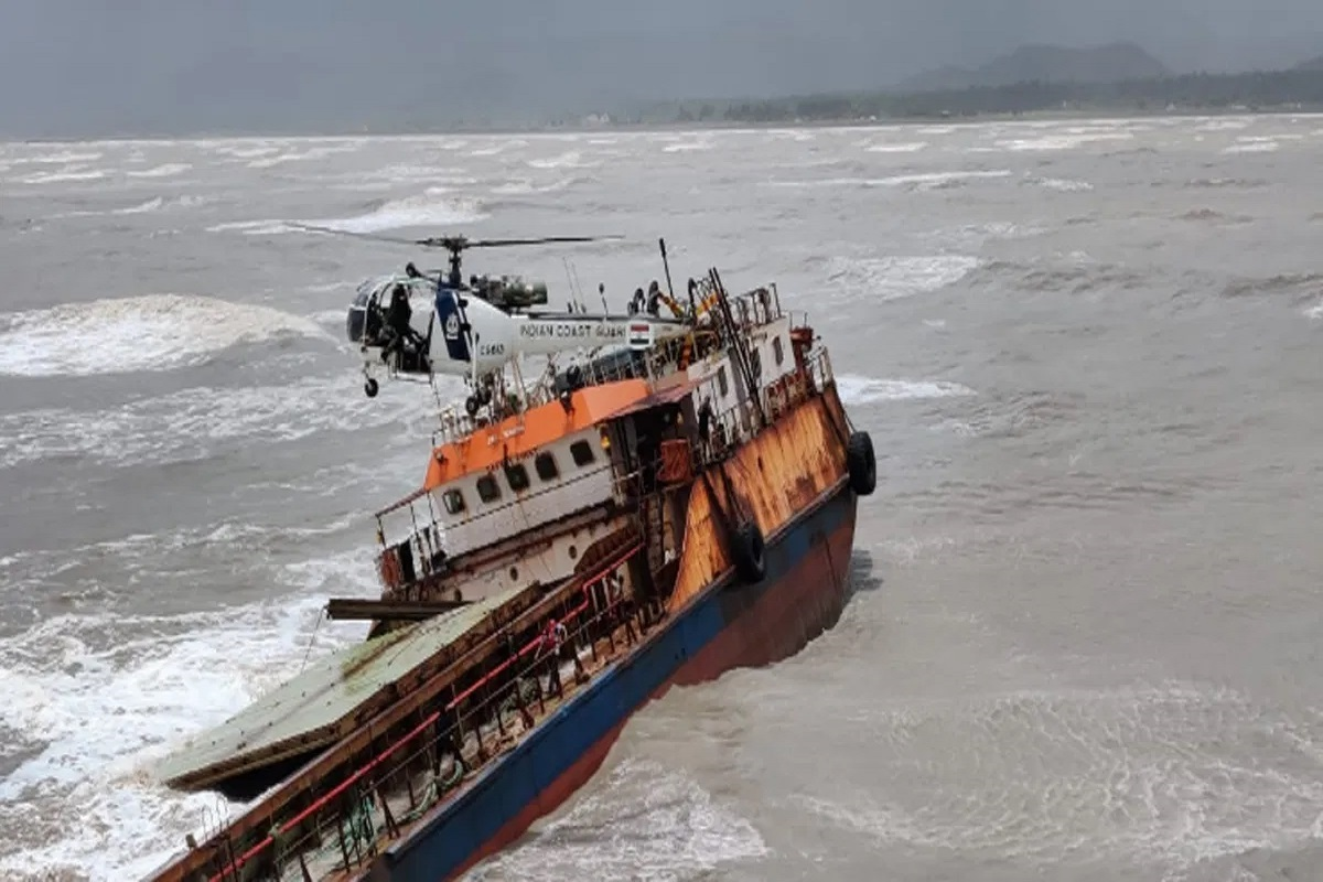 ΒΙΝΤΕΟ: Φορτηγό πλοίο παρασύρθηκε και προσάραξε εν μέσω κακοκαιρίας- 16 μέλη του πληρώματος εγκατέλειψαν - e-Nautilia.gr | Το Ελληνικό Portal για την Ναυτιλία. Τελευταία νέα, άρθρα, Οπτικοακουστικό Υλικό