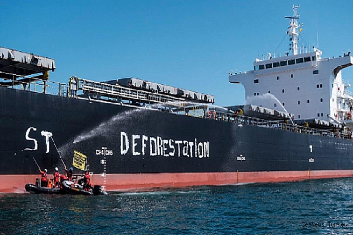 Ακτιβιστές της Greenpeace σταμάτησαν και εμπόδισαν φορτηγό πλοίο στη Γαλλία - e-Nautilia.gr   Το Ελληνικό Portal για την Ναυτιλία. Τελευταία νέα, άρθρα, Οπτικοακουστικό Υλικό