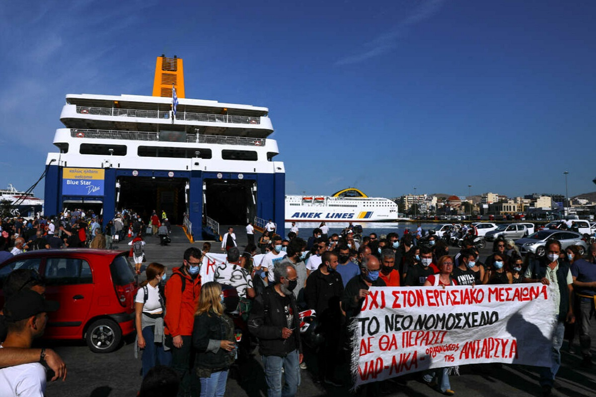 ΒΙΝΤΕΟ: Πολίτες απομάκρυναν συνδικαλιστές που εμπόδιζαν τον απόπλου του πλοίου - e-Nautilia.gr | Το Ελληνικό Portal για την Ναυτιλία. Τελευταία νέα, άρθρα, Οπτικοακουστικό Υλικό