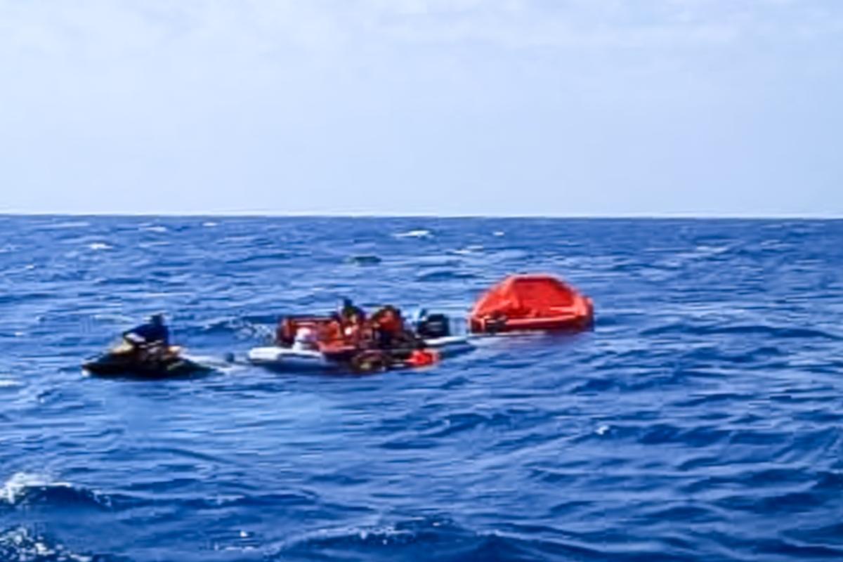 Ευρεία επιχείρηση διάσωσης 18 επιβαινόντων από βυθισμένη θαλαμηγό βορειοδυτικά ν. Μήλου (video) - e-Nautilia.gr   Το Ελληνικό Portal για την Ναυτιλία. Τελευταία νέα, άρθρα, Οπτικοακουστικό Υλικό