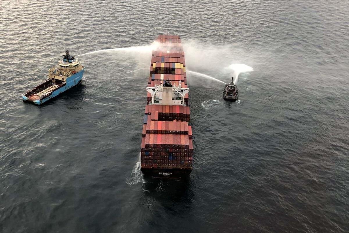 Η κακοκαιρία εμποδίζει τις προσπάθειες διάσωσης του πλοίου Zim Kingston της Danaos Shipping