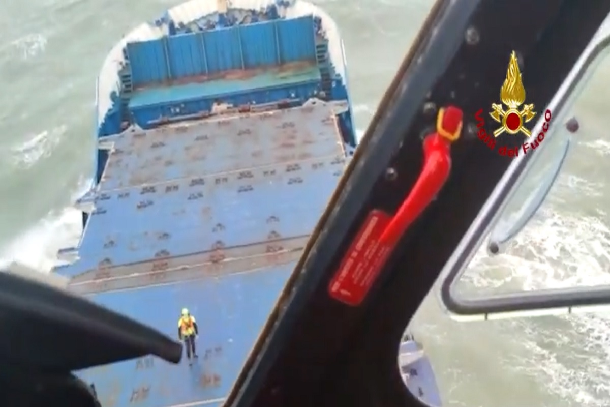 ΒΙΝΤΕΟ: Έκτακτη μεταφορά 2 τραυματισμένων ναυτικών φορτηγού πλοίου σε νοσοκομείο στην Ιταλία - e-Nautilia.gr   Το Ελληνικό Portal για την Ναυτιλία. Τελευταία νέα, άρθρα, Οπτικοακουστικό Υλικό